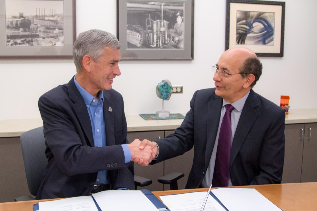 Colorado School of Mines President Paul C. Johnson and GERENS President Armando Gallegos Monteagudo shake hands after signing the MOU.